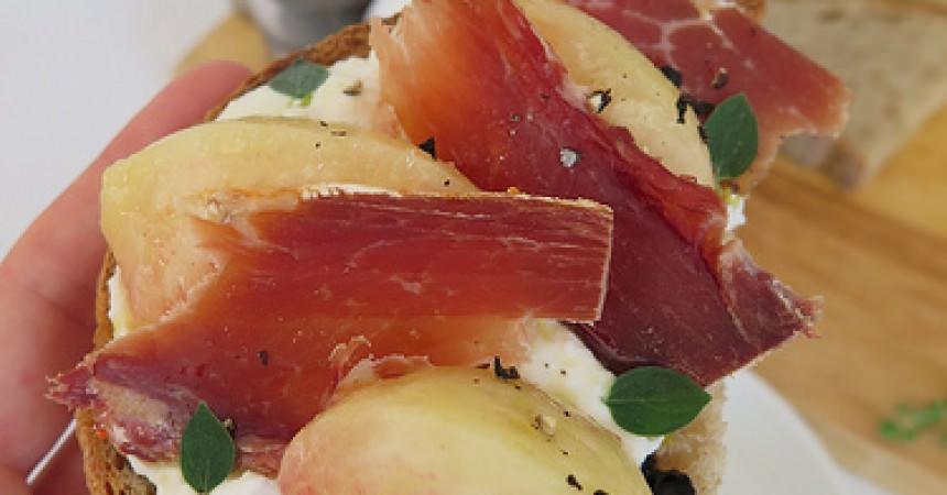 Tartine de ricotta, pèche & jambon cru