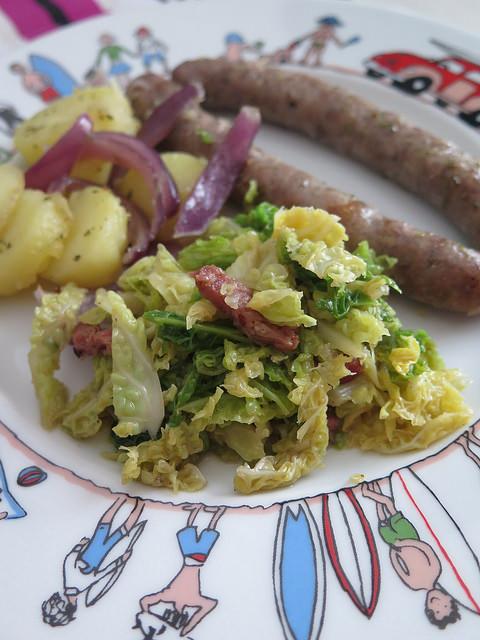 Chou vert aux lardons, saucisses & pommes de terre