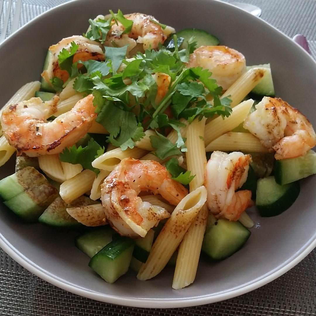 Salade de pâtes aux crevettes marinées
