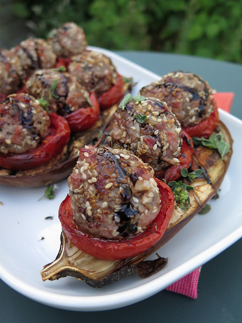 Aubergines rôties, tomates confites & boulettes d'agneau aux épices