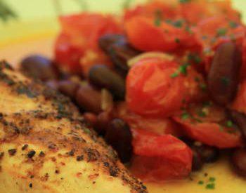 Poulet grillé, salade tiède de tomates & haricots