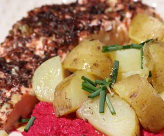 Saumon aux algues, pommes de terre nouvelles sauce à la betterave