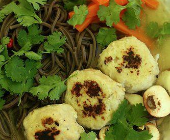 Nouilles soba & boulettes de poulet à la citronnelle
