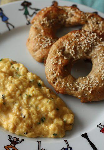 Bagels & oeufs brouillés à la truffe
