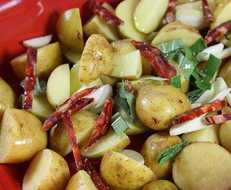 Pommes de terre nouvelles au four, à la sauge et au chorizo
