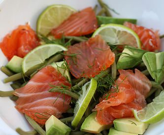 Gravlax de saumon, salade d'avocat et de haricots verts