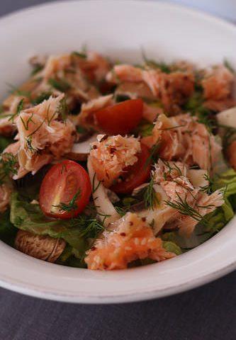 Salade légère de saumon à l'aneth, sauce acidulée citron & framboise