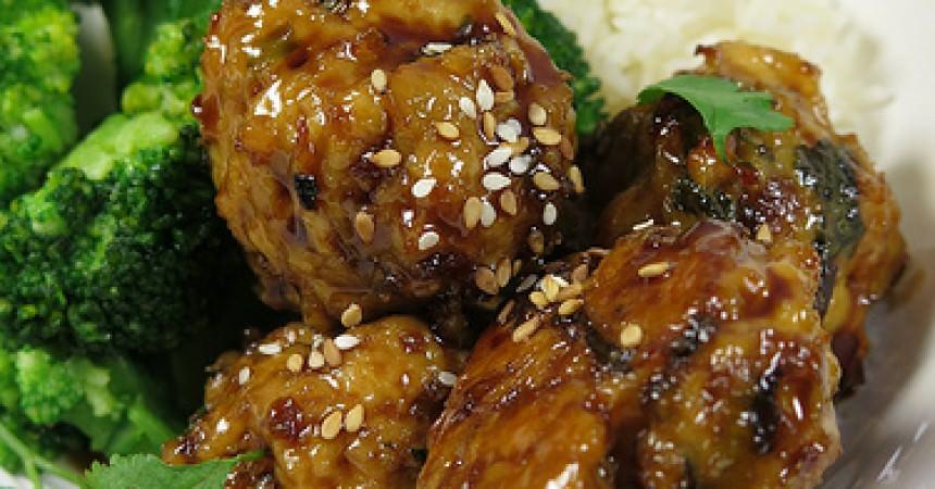 Sticky meat balls, les boulettes de poulet caramélisées au gingembre et à la coriandre