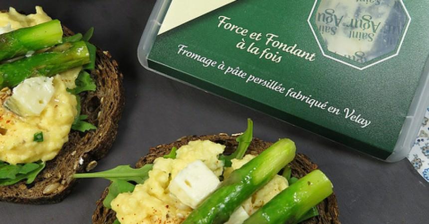 Tartine de pain aux céréales, oeufs brouillés au Saint Agur & asperges vertes