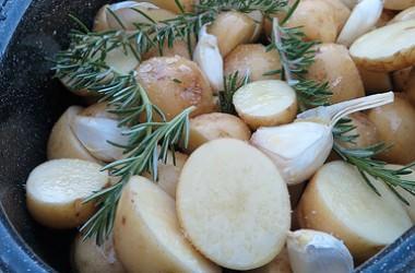 Pommes de terre nouvelles à l'ail et au romarin