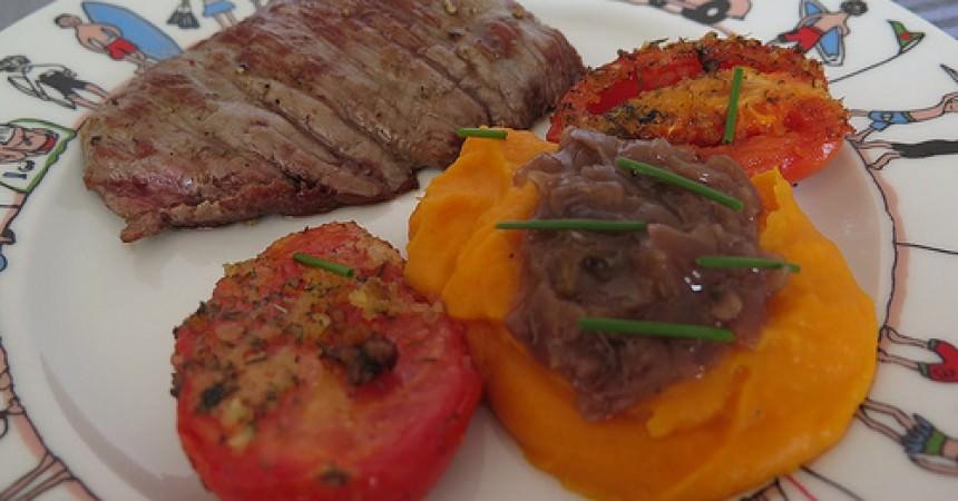 Bavette grillée, purée de patates douces & tomates au thym