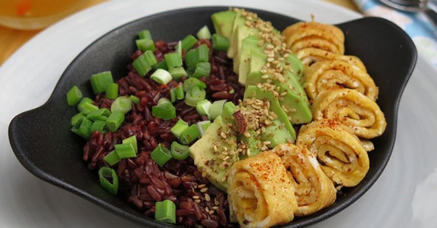 Petit déjeuner salé au riz rouge
