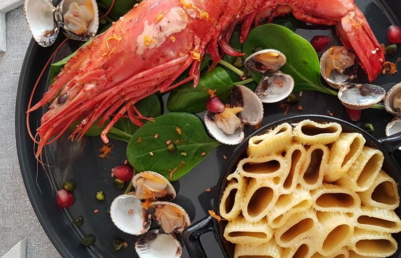 Rigatoni gratinées au Parmesan & truffe blanche, gambas rôties à l'orange