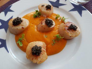 Noix de Saint Jacques, caviar & purée de butternut au yuzu