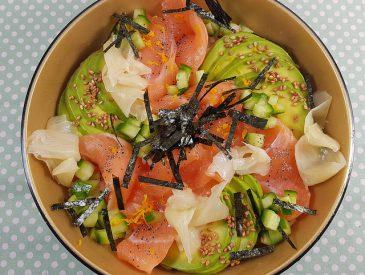 Chirashi au saumon, avocat & concombre  [recette japonaise]