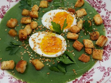Mousseline d'asperges vertes, oeufs mollets & huile de truffe