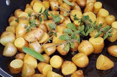 Pommes de terre nouvelles sautées aux herbes & bacon