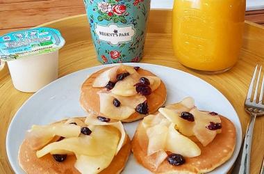 Un bon p'tit déjeuner : pancakes & pommes aux cranberries