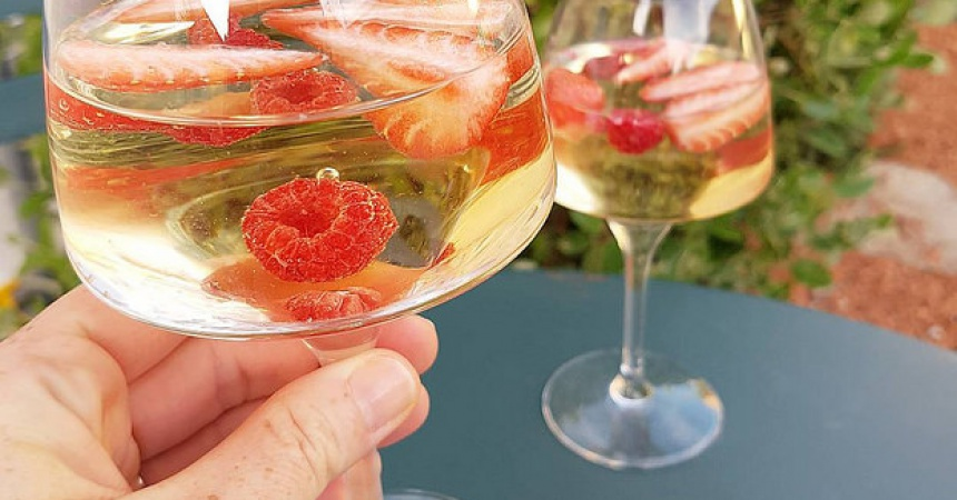 sangria blanche aux fruits rouges ma p 39 tite cuisine. Black Bedroom Furniture Sets. Home Design Ideas