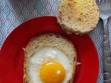 Oeuf au plat en nid de pain