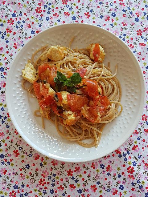 Spaghettis complets, sauce tomate & poulet au basilic