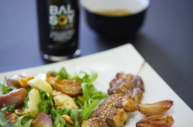 Brochettes de canard au Balsoy, échalotes confites au vinaigre balsamique