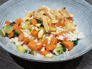 Wok de carottes & Pack Choï au tofu caramélisé & cacahuètes [le lundi c'est veggie]