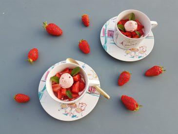 Un dessert avec des fraises et des biscuits roses