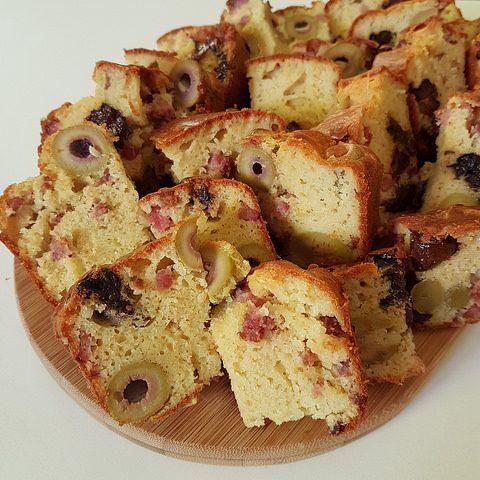 Cake aux olives, pruneaux & lardons