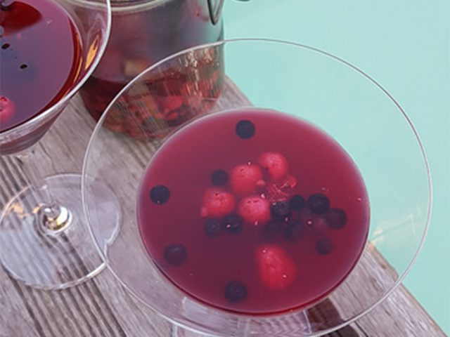 Sangria rosée aux fruits rouges