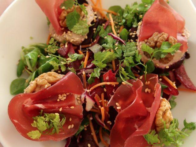 Salade d'automne avec de la betterave, des noix et de la bresaola