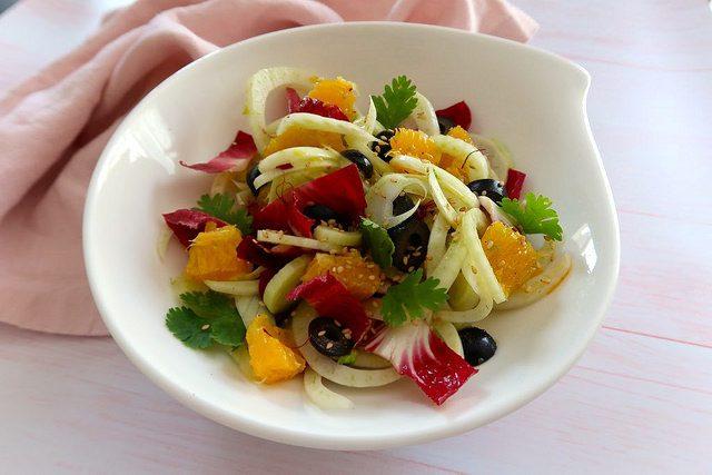 Salade de fenouil à l'orange, au safran et aux olives d'Espagne