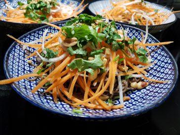 Soupe asiatique, nouilles soba et julienne de légumes