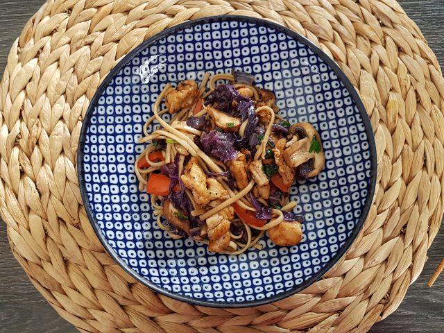 Wok de nouilles udon aux légumes de saison