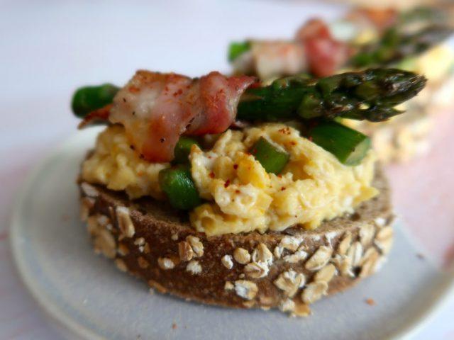 Tartines oeufs brouillés aux asperges