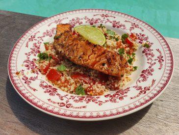 Pavés de saumon mariné, taboulé express aux tomates