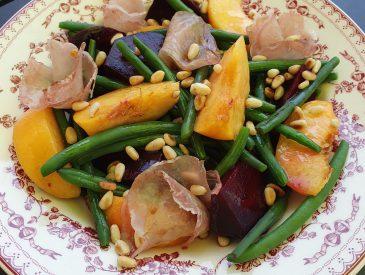 Salade de haricots verts, pèche et lomo