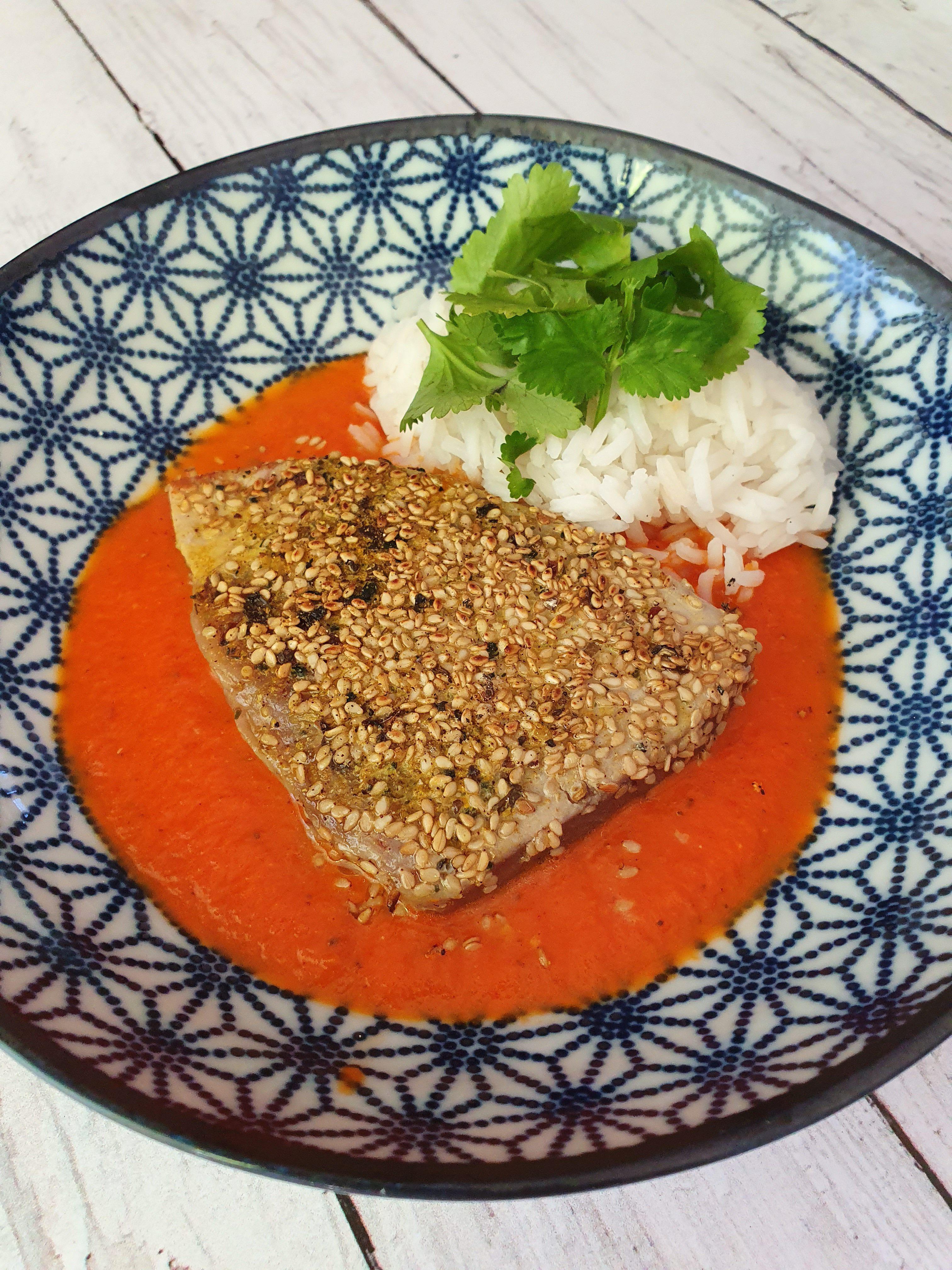 Steak de thon au sésame, coulis de tomates et coriandre