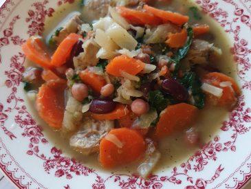 Soupe rustique aux légumes et saucisse