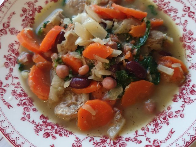 Soupe rustique aux légumes et saucisses de Toulouse
