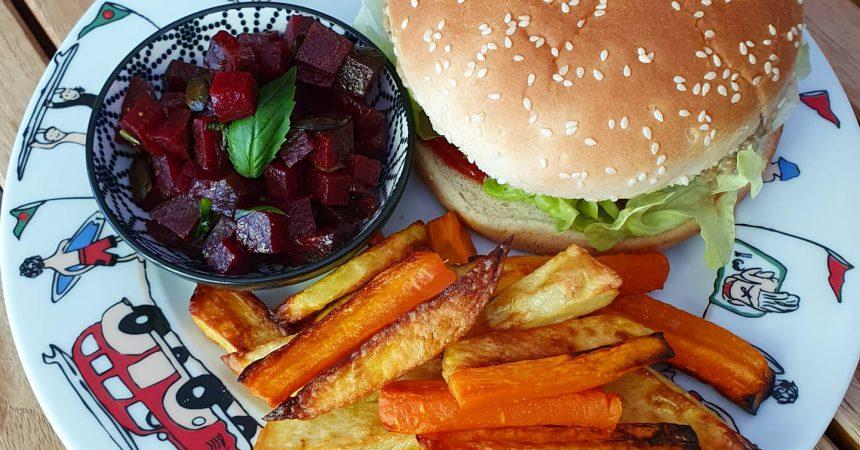 Burger maison et frites de pommes de terre au four